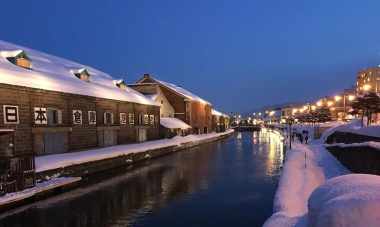 雪が降り積もった北海道小樽の運河