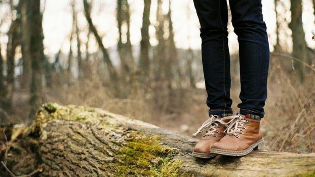寒い森の中でブーツを履いている女性の両足