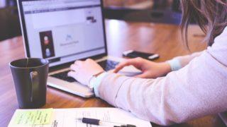 Google AdSenseに6記事で1発合格するためにブログを書く女性
