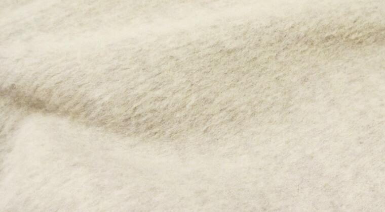 毛羽立ちが目立つコートにかんたん毛玉取りブラシを使ったあと