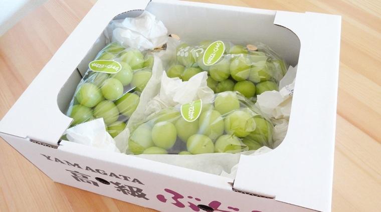 山形県長井市ふるさと納税の返礼品シャインマスカット約2kgが箱に入っている