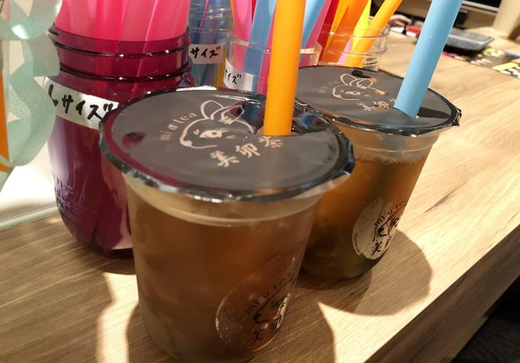 美卯茶(みうてぃー)岐阜駅店前のカウンターに置いてあるカラフルなストローとタピオカドリンク